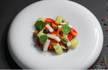 Греческий салат из запеченных овощей