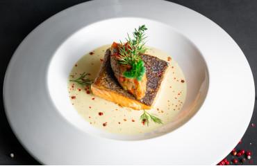 Филе лосося с овощами соте