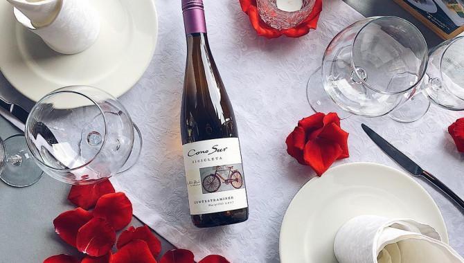 Всем влюбленным: бесплатно украсим столик лепестками роз!