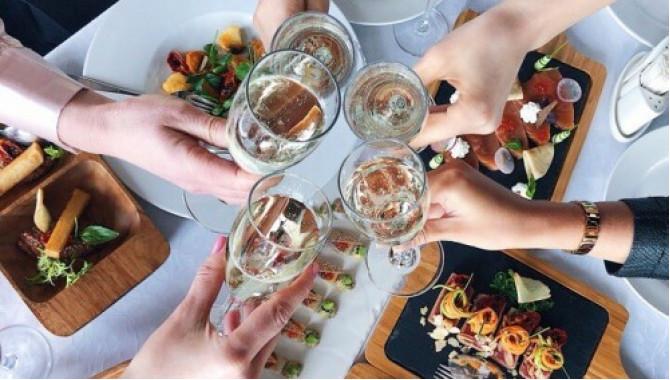 Бутылка вина компаниям от 4х девушек в подарок