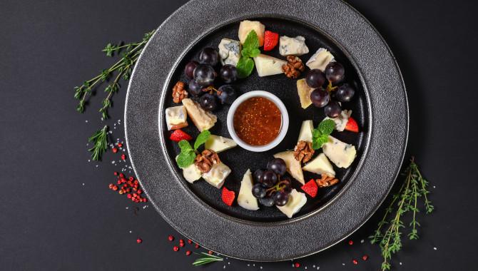 Ассорти Испанских сыров с виноградом и клубникой