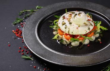 "Моцарелла  ""Буратта"" со свежими помидорами, базиликом и соусом ""Песто"""