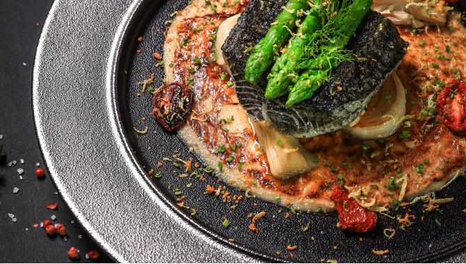 Угольная рыба с фенхелем и чернилами каракатицы